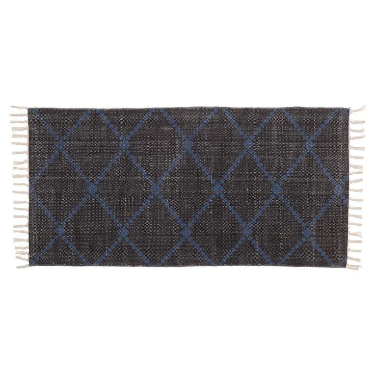 Vloerkleed zwart met donkerblauw dessin en franjes. Slijtvast, ademend en makkelijk in onderhoud. 120x60 cm (lxb). #vloer #vloerkleed #kwantum