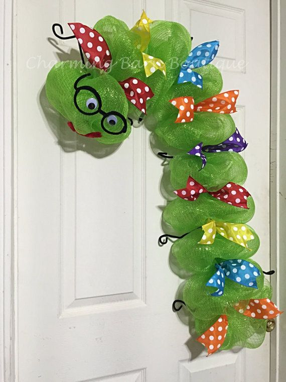 Looking for a unique Christmas gift or back to school gift for your favorite teacher? This bookworm wreath is an adorable way to show how