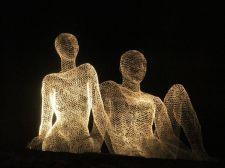 Светящиеся человеческие фигуры парят в воздухе, гуляют по крышам и оживленным городским улицам Англии, Франции и Швейцарии. Эти фантастические скульптуры из проволоки наблюдают за повседневной жизнью и излучают свет.Скульптуры ...