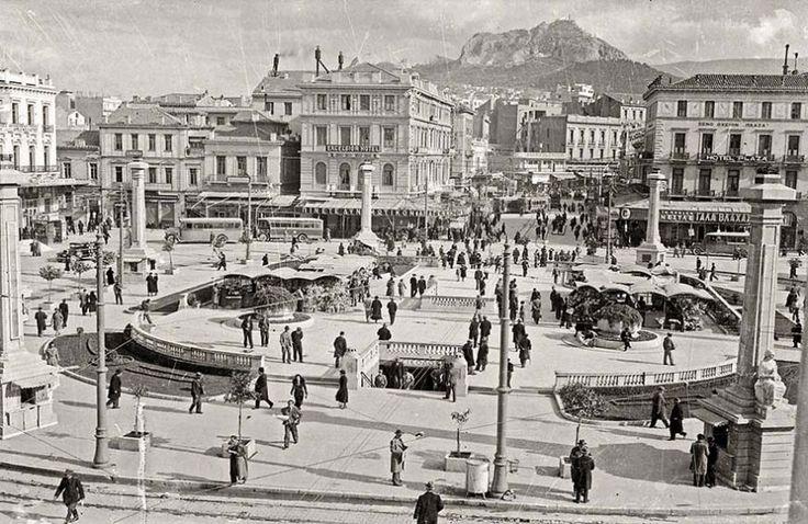 Ομόνοια με Μούσες .Το 1934 τοποθετήθηκαν περιμετρικά της στρογγυλής τότε πλατείας Ομόνοιας οκτώ ψηλές στήλες ...