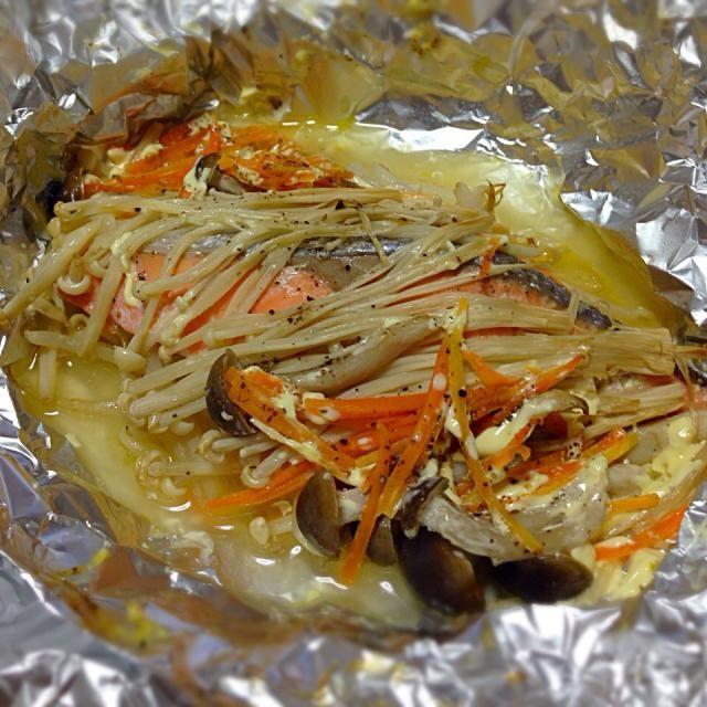 鮭の切り身の余りで、焼く以外の食べ方で作ってみました(o^^o) マヨネーズ味にしたけど、バターでも美味しそう - 33件のもぐもぐ - 甘塩鮭のホイル焼き by yukichiki