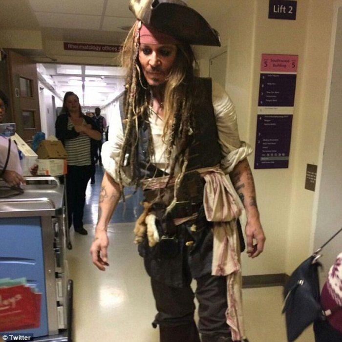 Αυτοπροσώπως τον Τζάκ Σπάροου είδαν μπροστά τους οι μικροί ασθενείς στο Νοσοκομείο Γκρέιτ Όρμοντ Στριτ του Λονδίνου!