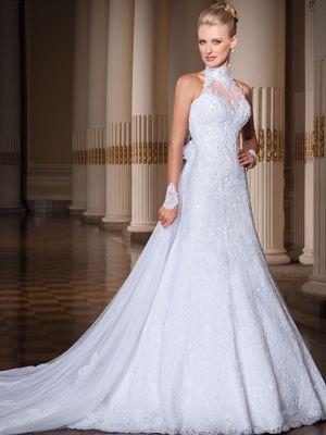 Vestido de noiva sereia, frente única cava americana drapeada todo rebordado com pedrarias e cristais, cauda removível com camadas de tule, organza e filó.