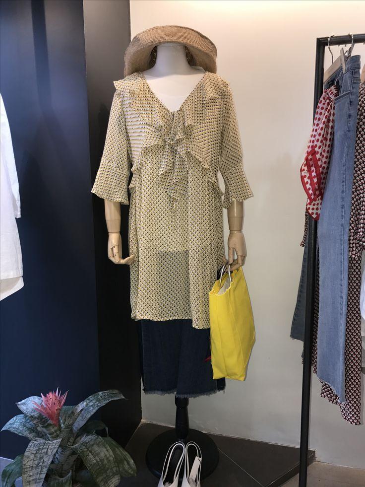 Josephine Yellow pattern lovely top. Jeans. 이화여대5길3 Seoul, Korea