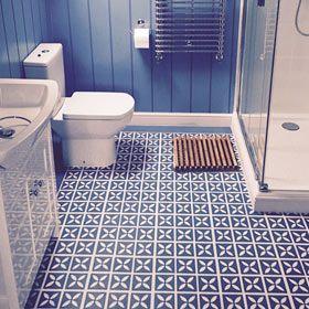 Cornflower blue vinyl flooring in a bathroom