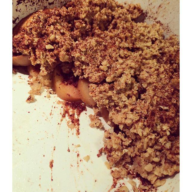 Äppelpaj. Recept (2 port). 100 g äpple • 1,5 dl havregryn • 25 g kokosolja • 3 msk kalorifri maple syrup • 2 msk whey apple pie/vanilj • kanel • kardemumma. Lägg skivad äpple i en smord form, pudra kanel och kardemumma. Blanda övriga ingredienser och lägg över äpplena. Grädda 12 min i 175 grader. Servera med vaniljkvarg.