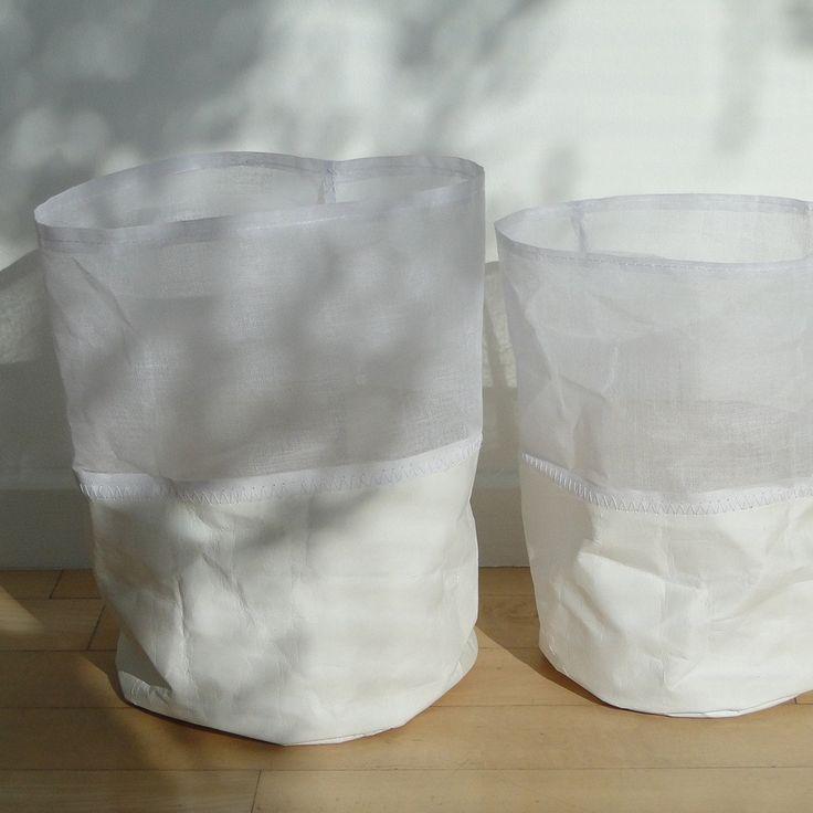 Ces délicats sacs en gaze rigide et papier enduit, cousus à la main, diffusent une lumière douce si vous y déposez une bougie (protégée par un support en verre)Ils peuvent aussi s'utiliser en cache-pot ou pour recouvrir un vase. Mariez les deux tailles pour intensifier leur caractère poétique.(Bougies non fournies)