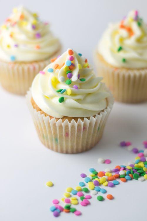 Alegres cupcakes de vainilla con confeti de azúcar. Receta.