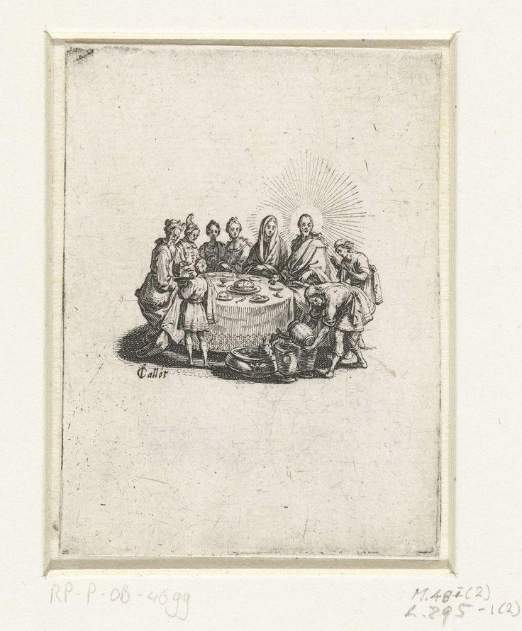 Jacques Callot | Bruiloft te Kana, Jacques Callot, 1621 - 1625 | Christus en Maria zitten aan een ronde tafel met vier andere mensen. Voor de tafel giet een man water in vaten. Deze prent is onderdeel van een vierdelige serie prenten met maaltijden waaraan Christus deelneemt.