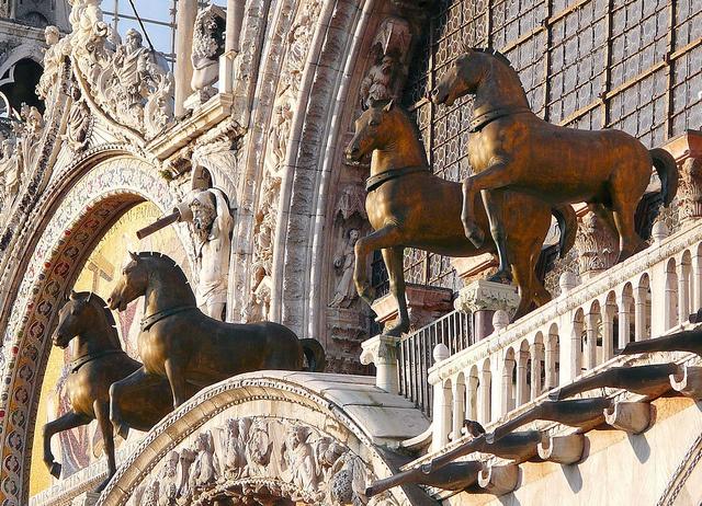 I quattro cavalli in bronzo dorato che sormontavano i carceres e che nel secolo XIII i veneziani depredarono e posero sulla facciata della Basilica di S. Marco by fulvio20, via Flickr