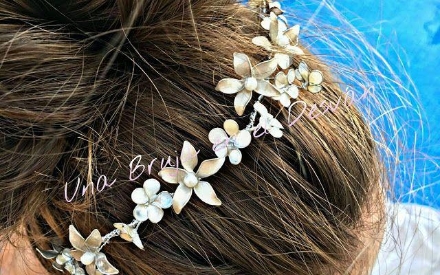 """Google+  https://m.facebook.com/Una-Bruja-en-el-Desvan-749822558496828/ COLECCIÓN TOCADOS Por fin terminada esta tiara a la que he llamado """"PRINCESA DE GRECIA"""" Delicadas florecillas con un toque nacarado adornarán tu pelo como una verdadera princesa ¿Como te ves con ella? Pieza realizada en alambre flexible de joyería, forrado con hilo plateado y adorno de flores nacaradas en dos tonos. Trabajo elaborado artesanalmente por Montse El Desván Creativo de Brujita. Modelo: Alicia García."""