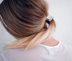 Geen zin om je haar te wassen? Maak je dan een staart van, makkelijk en niemand ziet je vette haar ;) www.tipsvoorhaar.nl/haartypes/vet-haar