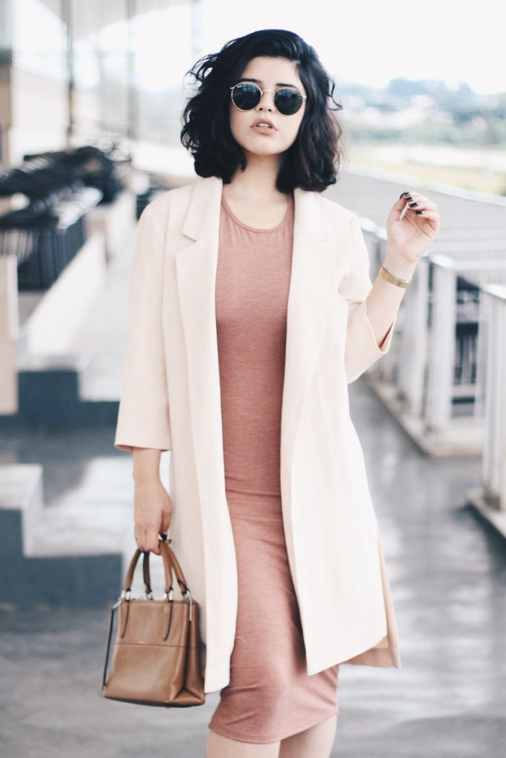 Look básico, perfeito para dias nublado, com vestido pegado nude e casaco bege.
