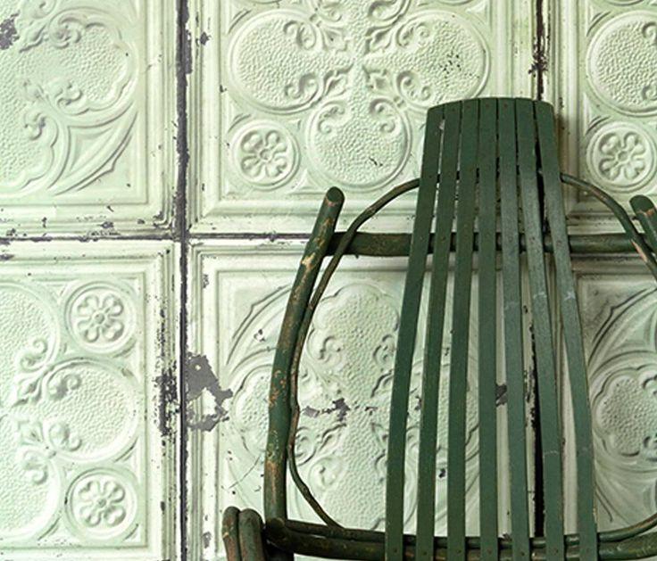 Geweldig behang geinspireerd op de oude verweerde NY plafondtegels die zijn te vinden in het hippe Parijse warenhuis Merci. Dit behang is stoer en elegant tegel