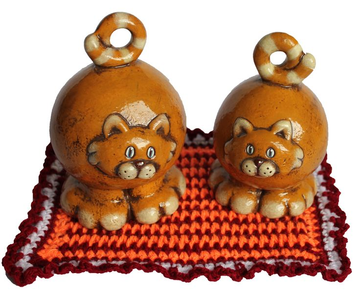 Gato juguetón de cerámica pintada a mano. Medidas:25x15cm www.barenka.com