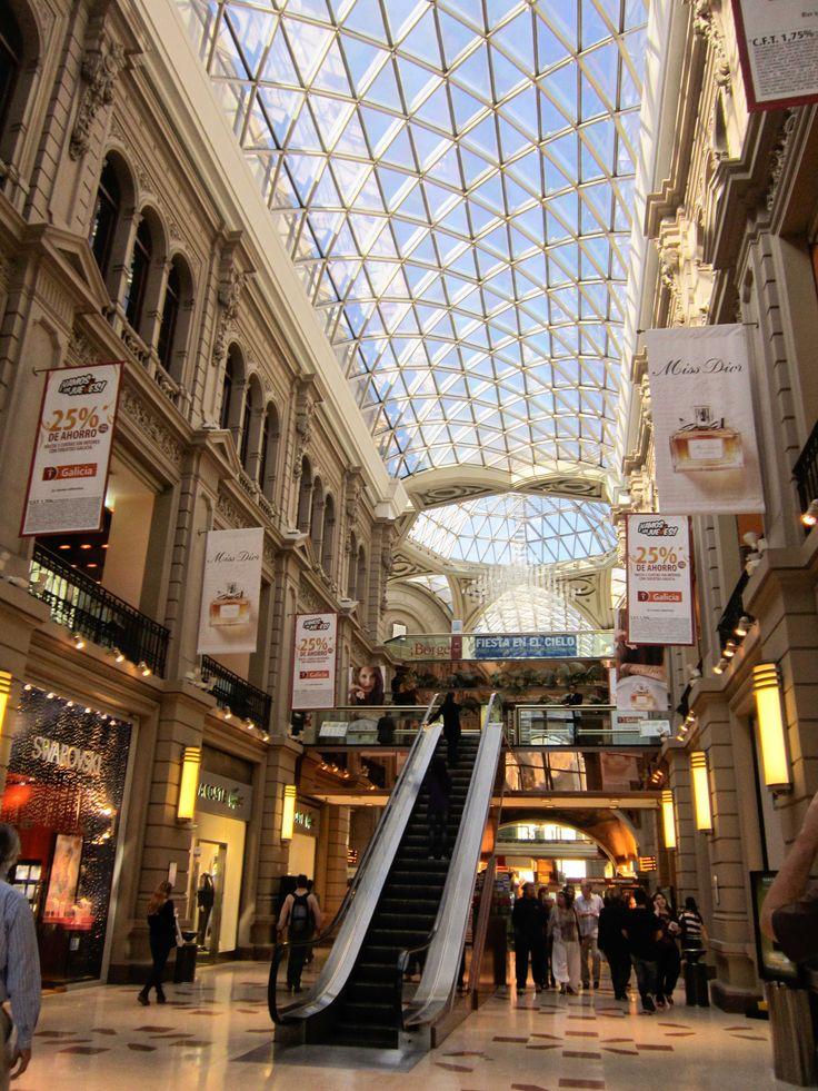 El centro comercial es muy grande en Buenos Aires, Argentina.