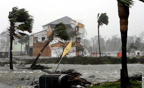 El huracán Katrina se considera uno de los 5 huracanes mas fuertes de la historia de los Estados Unidos, ya que este causó la muerte de miles de personas y daños millonarios. Este huracán que dejó mas de 1800 muertos, inició el 23 de Agosto de 2005 en Bahamas fortaleciéndose en el Golfo de México, pasando por otros estados causando miles de muertes y daños materiales.El mayor numero de muertes que dejó el paso del Katrina fue Nueva Orleans,  el 80% de las edificaciones quedaron bajo el agua.
