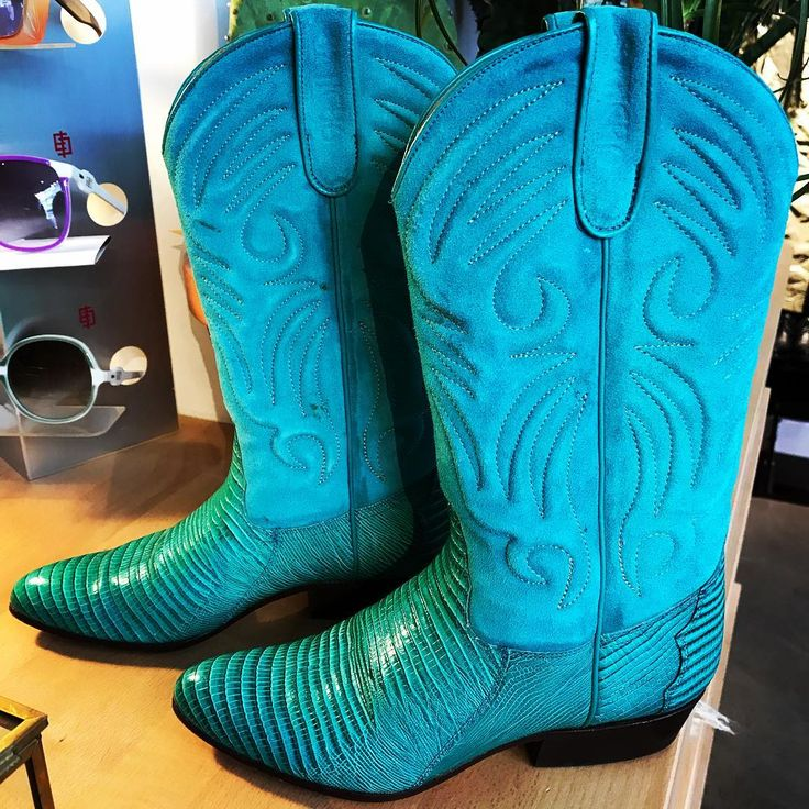 New in! Cowboy boots turquoise taille 36 à 140 euros au concept store! #secondhand #vintage #vintageshop #modernvintage #slowfashion #modeaparis #MAP #fashion #parisienne  #43ruecharlot #ruecharlot #envoituresimone #nouveauté#secondhand #vintage #vintageshop #modernvintage #slowfashion #modeaparis #MAP #fashion #parisienne  #43ruecharlot #ruecharlot #envoituresimone #nouveauté #cowboyboots