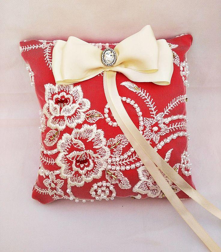Cojín portador anillos rojo,almohada boda encaje,almohada nupcial,accesorio boda,cojín boda swarovski,bodas de lujo,encaje marfil,perlas, de SweetMoonArt en Etsy