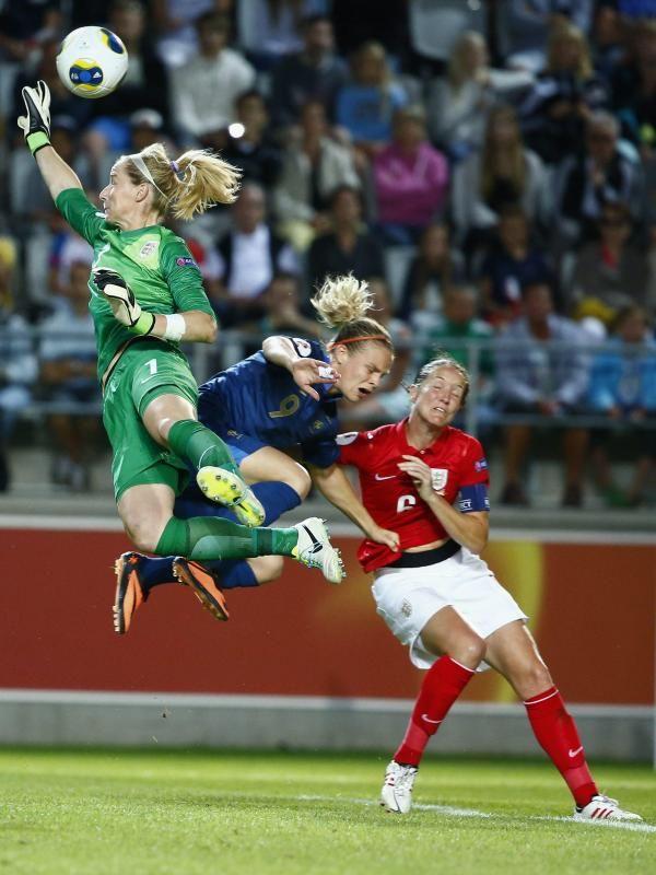 Englands Torfrau Karen Bardsley (l) schlägt den Ball weg und prallt dabei auf die Französin Eugénie Le Sommer (M). (Foto: Stefan Jerrevang/dpa)