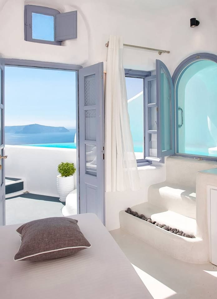 Like on all the islands of Greece, the white and the blue are the two colours in Santorini.