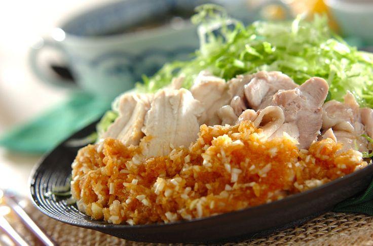 ゆで鶏は、もも肉、むね肉を両方使うので、食感の違いを楽しめます。サッパリとネギソースで召し上がれ。ゆで鶏・ネギソース/中島 和代/杉本 亜希子のレシピ。[中華/茹でる]2014.05.26公開のレシピです。