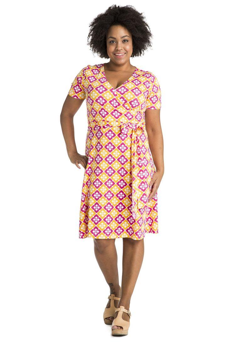 Summer 2016 :) Kietaisumallinen v-aukkoinen mekko. Ylhäältä kapeamman ja alhaalta leveämmän mekon helma ulottuu polven kohdalle. Pitkä vyö voidaan kietoa vyötärölle parikin kertaa, jos haluat korostaa vyötäröä. Yhtä hieno sekä vyön kanssa että ilman!