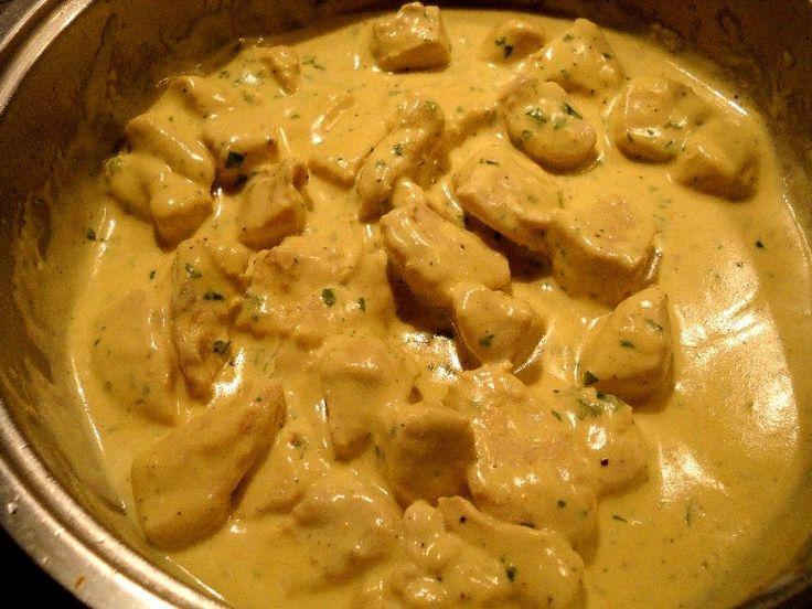 Υλικά: 2 φιλέτα στήθος κοτόπουλο ελαιόλαδο 1 μικρή κρέμα γάλακτος μουστάρδα λευκό κρασί μαϊντανός αλάτι πιπέρι Εκτέλεση: Κόβουμε το κο...