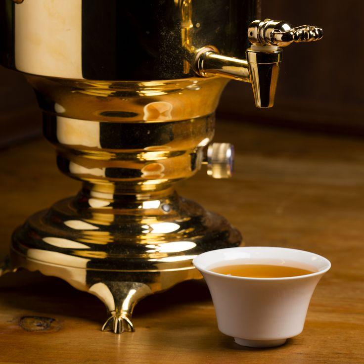 """[ Art de vivre ] Le samovar est un ustensile traditionnel, initialement utilisé pour faire le thé en Russie depuis le XIXème siècle. Véritable symbole de l'art de recevoir à la russe, il est également utilisé en Iran, en Turquie, en Azerbaidjan, en Inde et dans quelques autres pays. La Russie est aujourd'hui le 5ème pays le plus consommateur de thé dans le monde avec 1,3kg de thé par an et par habitant. C'est avec plaisir et fierté que Dammann Frères propose son samovar """"Romanov""""."""