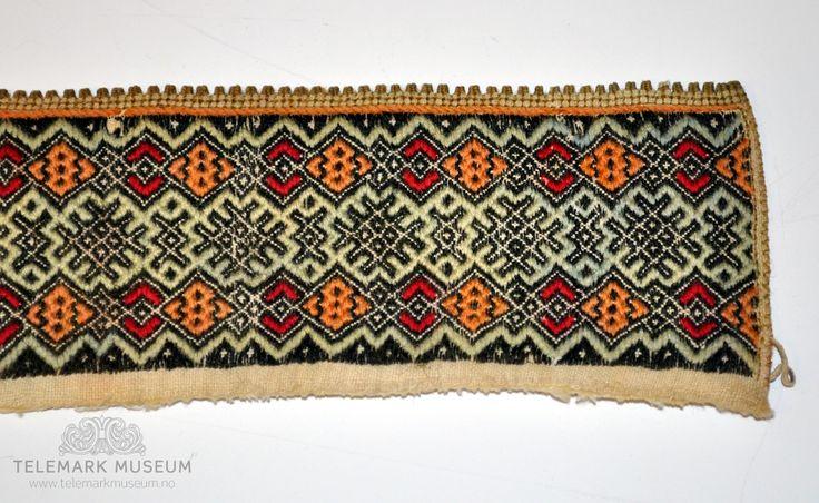 Fra protokollen:  Til kvendeskjurte av bomull. Sauma i mangfarga smøygsaum (R. Berge). Halskvarde til kvinneskjorte fra Øst-Telemark.