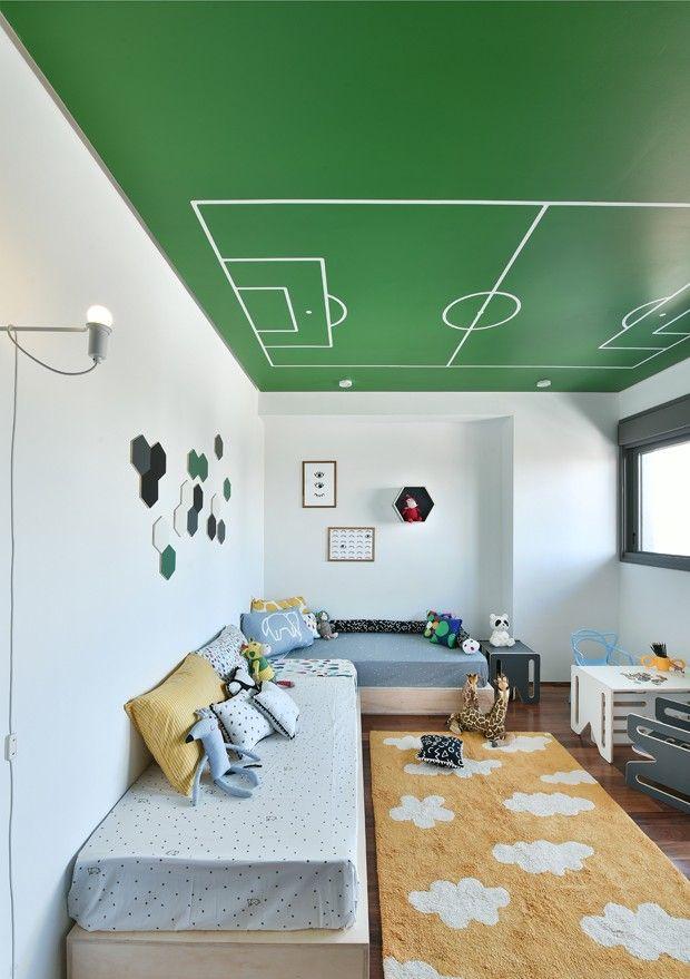Décor do dia: quarto infantil colorido com campo de futebol no teto (Foto: divulgação)