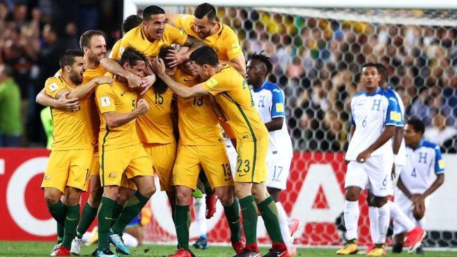 Australia despachó a Honduras y dirá presente en Rusia 2018 /  Caracas.- Por quinta vez en la historia y cuarta de manera consecutiva (2006; 2010; 2014 y 2018), la selección de Australia estará en el Mundial de fútbol, en Rusia 2018, al derrotar en el repechaje intercontinental a Honduras por marcador de tres goles por uno. La figura de la noche