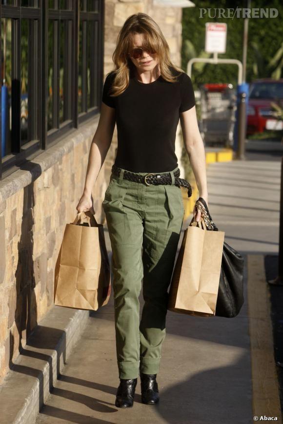Tee-shirt noir moulant et pantalon kaki, pas de folie pour Ellen Pompeo.