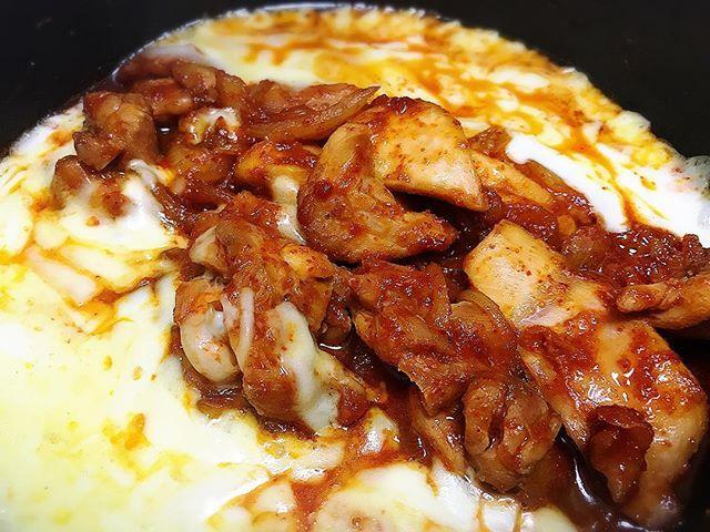 ・辛いものが食べたくて、今流行りらしいチーズダッカルビ作ってみた❗️ ・ ・ チーズは2種類で、手前がピザ用チーズ、奥がモッツァレラ✨ ・ ・  チーズ好きなので諸々気にせず贅沢仕様٩( 'ω' )و ・ ・ 食べても太らないのでいいのです❗️❗️٩( 'ω' )و ・ ・ でも、さすがに一味唐辛子大さじ2は辛すぎた🔥😂🔥 ・ ・ #料理#おうちごはん#自炊#おいしい#美味しい#簡単レシピ#時短レシピ#タンパク質#たんぱく質#美容#健康#ダイエット#筋肉#プロテイン#肉体改造#食べても太らない#高タンパク#低糖質#美ボディ#トレーニング#肉#チーズダッカルビ#cooking#delisious#yummy#healthy#beauty#protein#muscle#diet