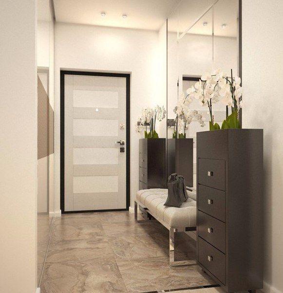 """Уютная прихожая. Большое зеркало зрительно увеличивает небольшое пространство и, в данном случае, в сочетании со светлыми стенами и правильным освещением, """"приподнимает"""" потолок."""