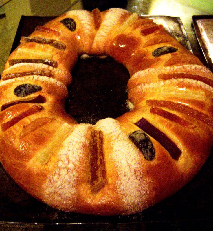 Ahora que se acerca día de reyes, les paso la receta de la rosca. Necesitan: 650 g de harina 250 g de mantequilla (al tiempo) 150 g de azúcar 7 yemas de huevo 3 huevos 2 cucharadas de ralladura de ...
