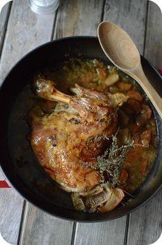 Bientôt Pâques et son traditionnel gigot d'agneau ! Le gigot d'agneau est incontournable lorsqu'on fête Pâques ! Mais d'autres morceaux peuvent aussi être délicieux pour le menu pascal comme l'épaule d'agneau par exemple que je partage avec vous aujourd'hui...