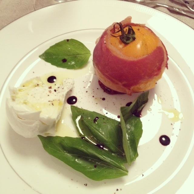 Insalata Caprese - mozarella, basilikum og tomaten rullet inn i spekeskinke