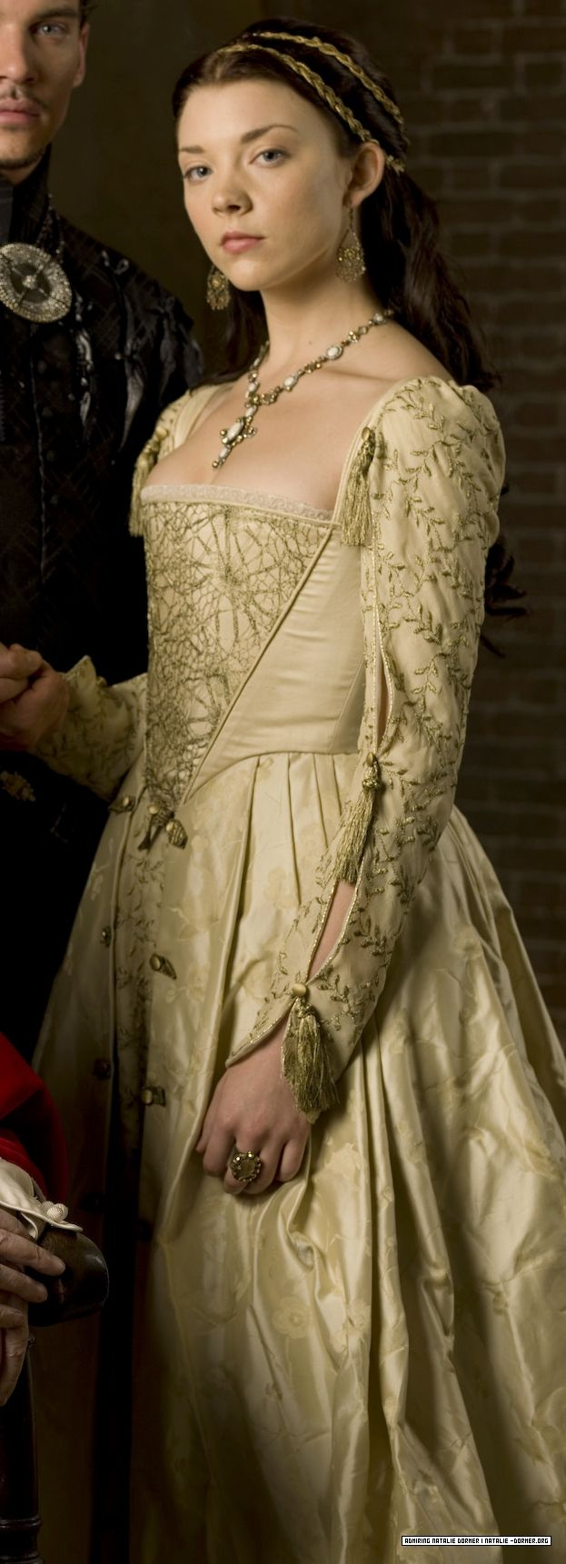 Nice sleeves, The Tudors. (Probably waaaay too revealing, but I love the vineyness.)
