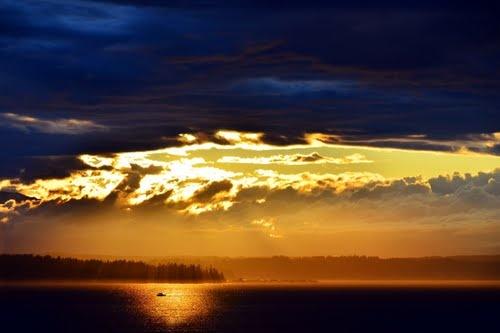Non riuscivo a ricordare l'ultima volta in cui mi ero soffermata a pensare al tramonto. Ma quella era una tipica cosa da Bainbridge Island, non da grande città. I newyorchesi di certo l'avevano dimenticata. Guardai fuori dalle finestre e vidi il cielo rasserenarsi davanti a noi. Poi due raggi arancioni spuntarono attraverso le nuvole.