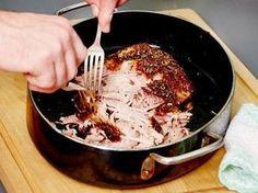 """Pulled Pork ist die Königsdiziplin des amerikanischen Barbecues. Der """"gezupfte"""" Schweinebraten gelingt aber auch im Ofen. Und so geht's."""