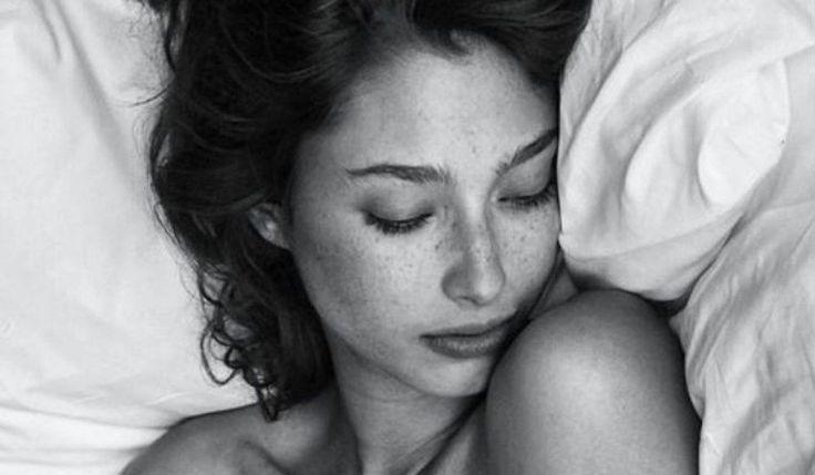 Ο ύπνος είναι η πιο οικονομική και αποτελεσματική κούρα ομορφιάς. Μόνο στη διάρκεια της νύχτας  η επιδερμίδα έχει τη δυνατότητα να αναπληρώσει τις ζημιές και να ανακτήσει δυνάμεις για την επομένη. Φροντίζοντας  λοιπόν να είναι επαρκείς οι ώρες ύπνου ξεκουράζετε το σώμα, χαλαρώνετε τον οργανισμό και διατηρείτε την επιδερμίδα υγιή και φωτεινή.