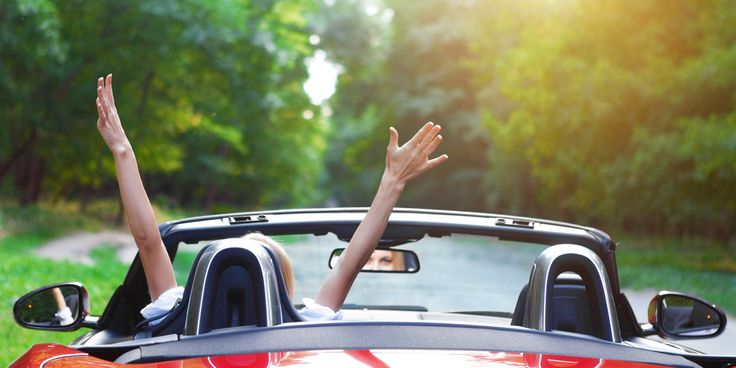 woman-in-red-car-raising-hands-joyously-1000x500.jpg (1000×500)