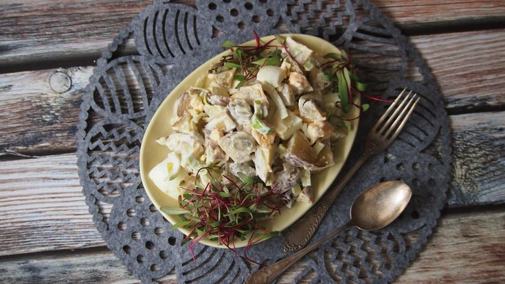 To jest bardzo prosta sałatka, którą często robię kiedy zostanie mi z obiadu trochę ziemniaków. Bardzo ją lubimy i czasami pojawia się na stole z o wiele bardziej wystawnymi daniami. Polecam, bo ch…