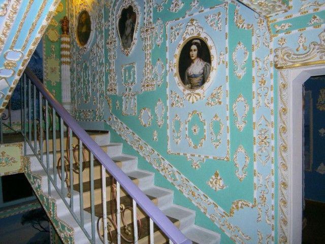 Пенсионер превратил свой подъезд в Версаль