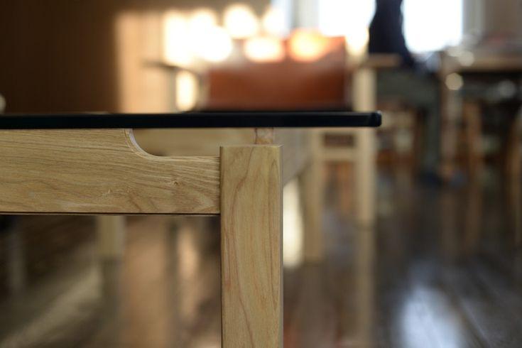 ガラストップのリビングソファテーブル。 ソファの脚のデザインに合わせてタモ材をデザインカットした脚がいい印象なのです。