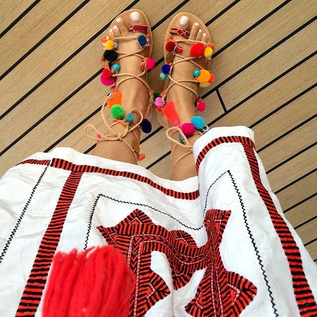 Les sandales à pompons, ou comment allier mode, fantaisie et humour (instagram Naseebs)