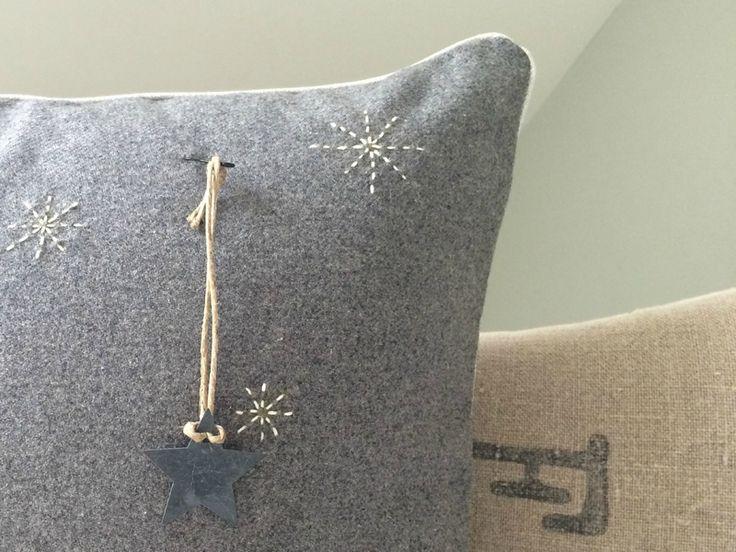 Coussin en drap de laine, décor étoile et broderie en fil sashiko
