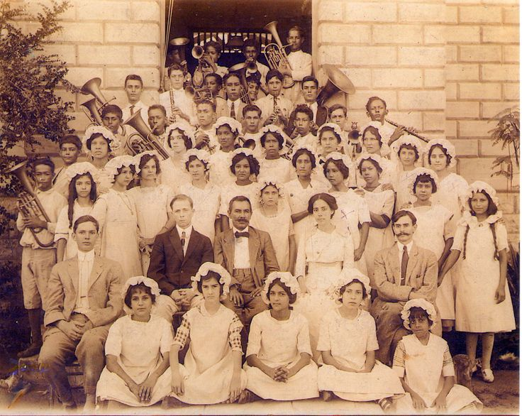 Grupo de estudiantes de Escuela Palmer. (PRI, Mayo 2, 1914). (Colección JPH) A group of students from Palmer School in Salinas Puerto Rico. My grandmother, Isabel Cruz Ortiz is fourth girl from the right in the row behind the seated teachers.