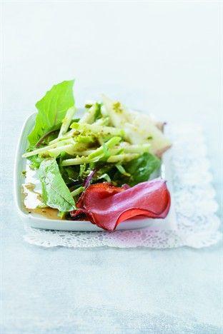 Chicorée, pommes, fromage de brebis et chips de bacon Livre - Salades Ed. Larousse Cuisine